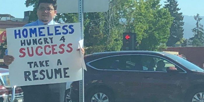 Este empresario arriesgó todo y terminó sin hogar entregando currículos en una esquina de la calle
